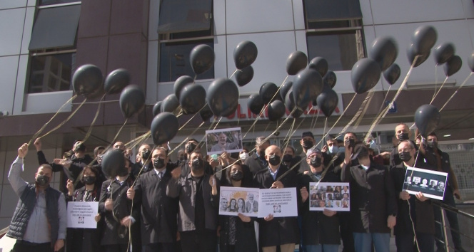 Covid-19'dan ölen doktorlar için meslektaşları siyah önlük giydi