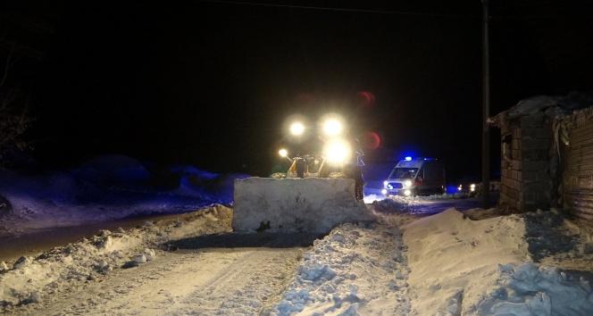 Köy yolu kardan kapandı, hasta 5 saatlik çalışmayla hastaneye ulaştırıldı